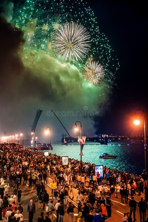 O escarlate das velas da celebração mostra durante o festival das noites brancas em StPetersburg, Rússia foto de stock