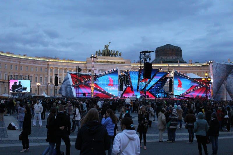 O escarlate do feriado navega em St Petersburg no quadrado de Dvortsovoy em 2017 imagem de stock royalty free