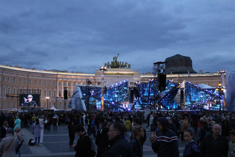 O escarlate do feriado navega em St Petersburg no quadrado de Dvortsovoy em 2017 imagens de stock