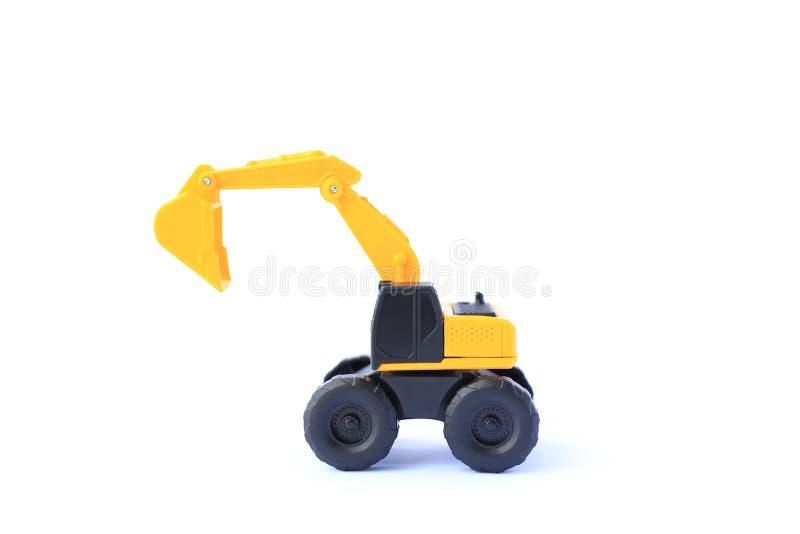 O escavador amarelo do carro de brinquedo isolado em fundo branco Modelo de brinquedo de esconderijo para crianças fotos de stock