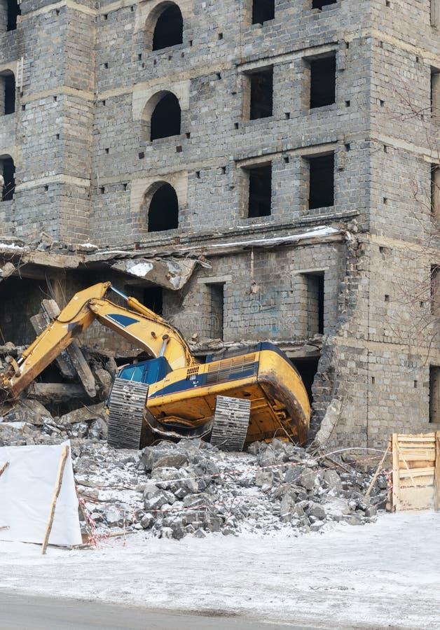 O escavador trouxe para baixo a construção foto de stock