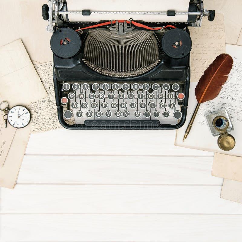 O escritório antigo do vintage da máquina de escrever utiliza ferramentas o retr ainda colocado plano da vida imagens de stock