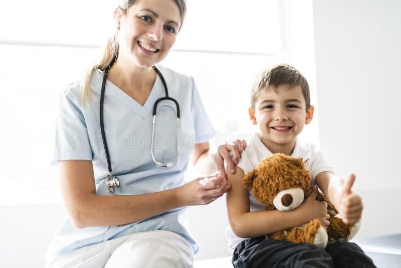 O Escritório bonito da criança de um doutor de visita paciente imagem de stock royalty free