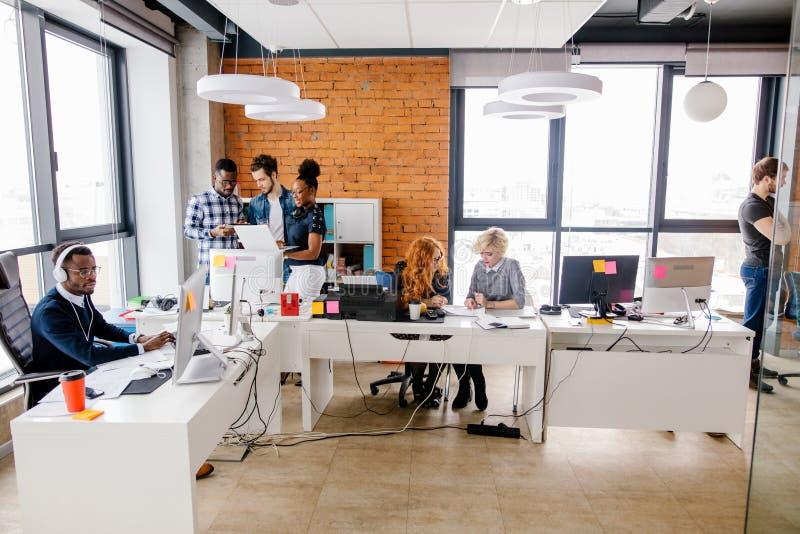 O escritório do estilo do sótão está completo de voluntários ambiciosos novos fotos de stock royalty free