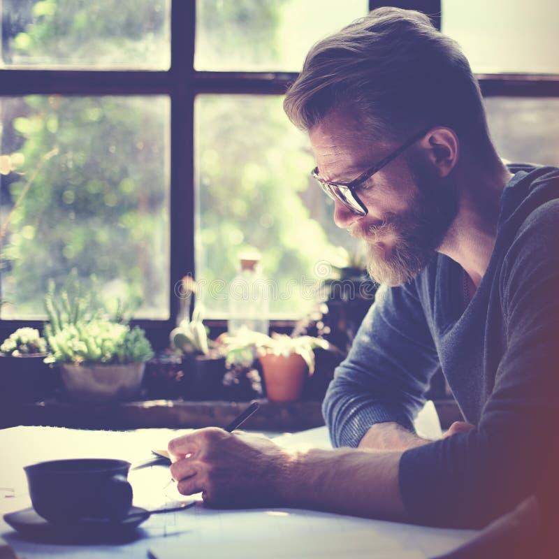 O escritório domiciliário de trabalho do homem começa acima o conceito das ideias imagem de stock royalty free