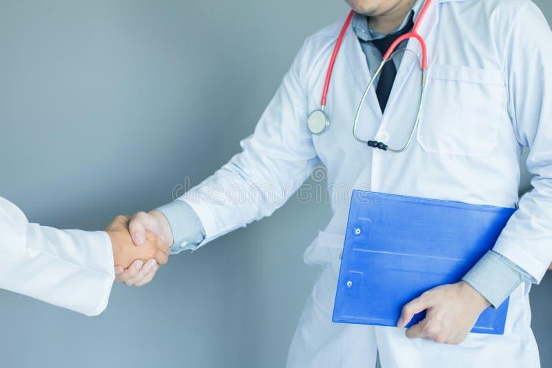 O escritório médico, mão do médico agita à disposição no escritório relacionamento comercial dos trabalhos de equipe imagens de stock royalty free
