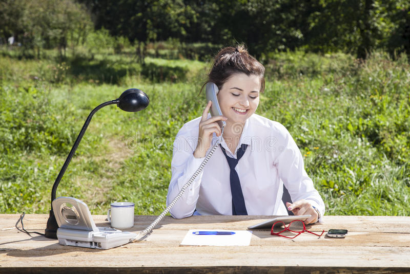 O escritório no parque faz um sorriso na cara da mulher de negócios imagens de stock royalty free