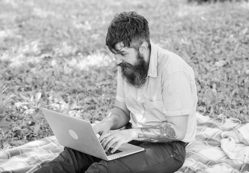 O escritor ou o blogger escrevem o cargo para a rede social Inspira??o para publicar em blogs O Blogger cria o ?ndice para a rede foto de stock