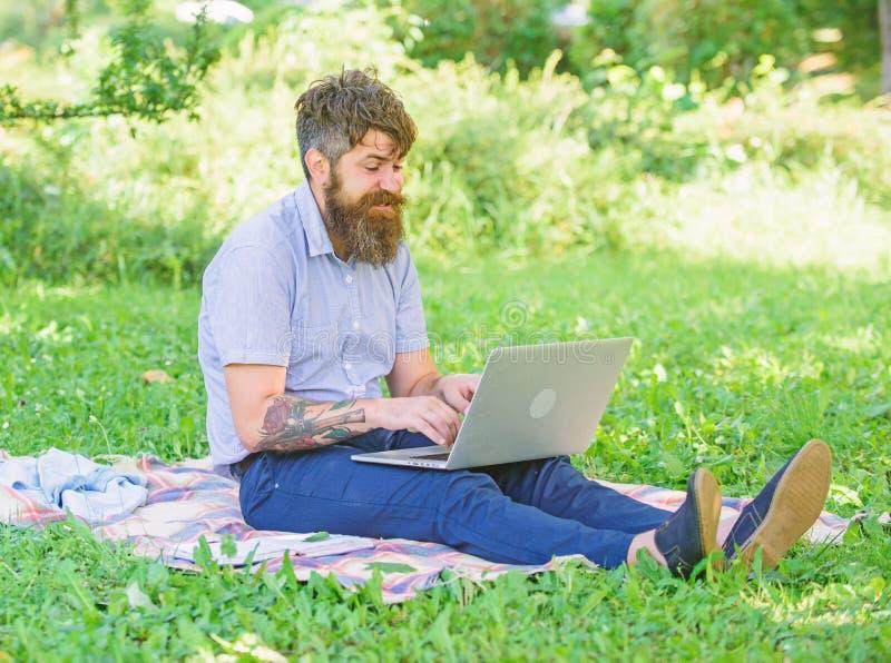 O escritor ou o blogger escrevem o cargo para a rede social Inspira??o para publicar em blogs Blogger que torna-se inspirado por  imagem de stock