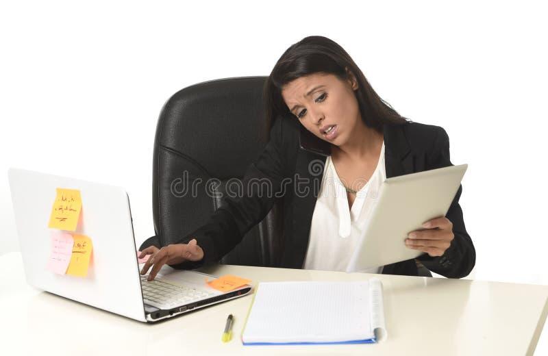 O esforço ocupado do sofrimento da mulher de negócios que trabalha na mesa do computador de escritório preocupou desesperado foto de stock royalty free