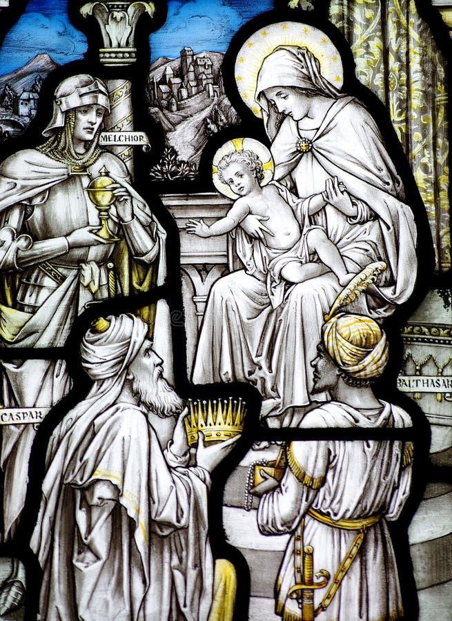 O esmagamento no vitral (três reis que visitam o bebê Jesus) fotografia de stock