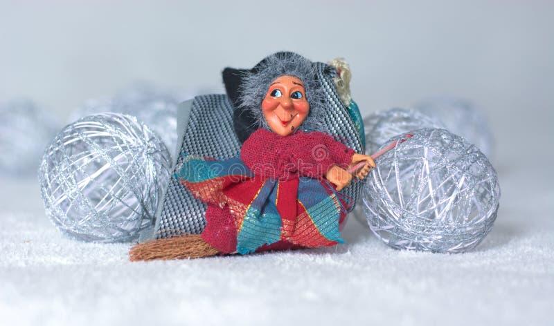 O esmagamento vem a bruxa com um voo da vassoura, e leva embora todos os feriados do Natal fotos de stock