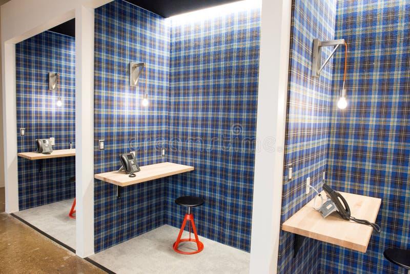O espaço de escritórios aberto moderno na moda do sótão do conceito com janelas grandes, luz natural e uma disposição para incent imagem de stock