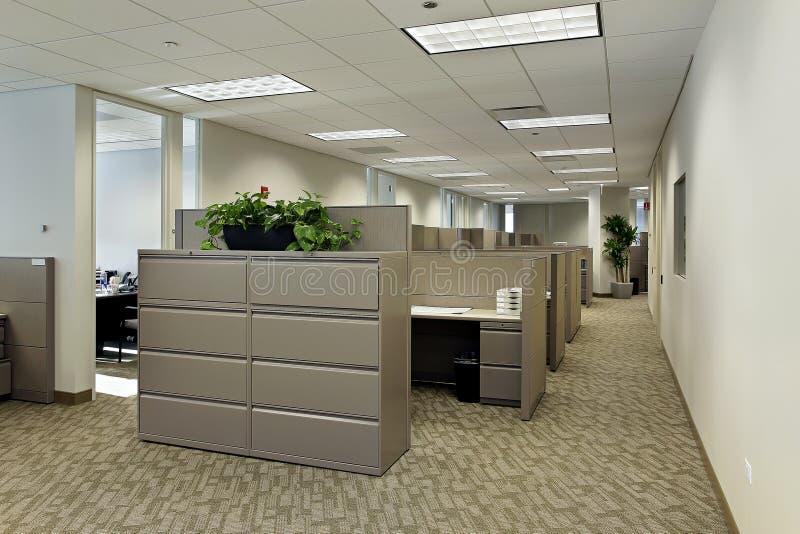 O espaço de escritórios com compartimentos fotografia de stock royalty free