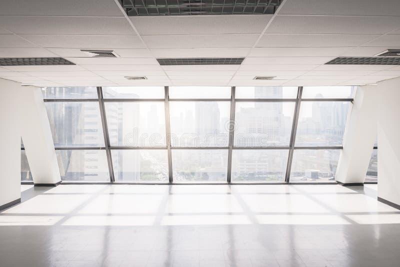 O espaço de escritórios vazio com grande janela imagem de stock royalty free