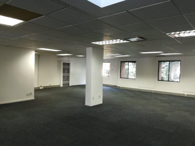 O espaço de escritórios vazio sem os povos ou o equipamento [18] imagem de stock royalty free