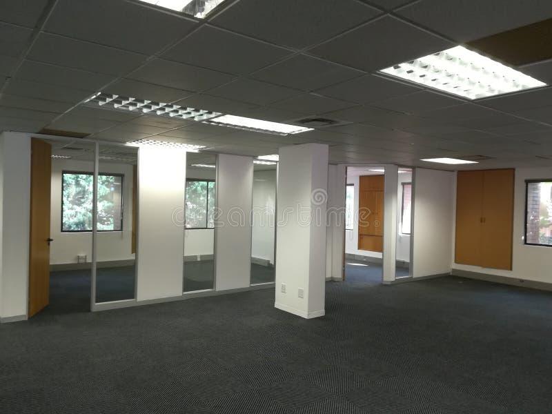 O espaço de escritórios vazio sem os povos ou o equipamento [19] fotos de stock royalty free