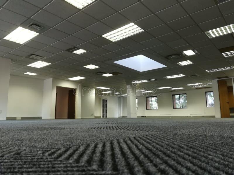 O espaço de escritórios vazio sem os povos ou o equipamento [22] imagem de stock royalty free
