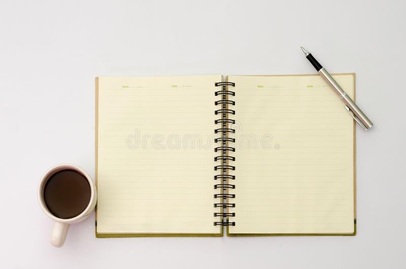 O espaço no espaço da área da mesa incorpora o texto doces do petisco dos copos de café do modelo, papel de nota da pena colocado foto de stock royalty free