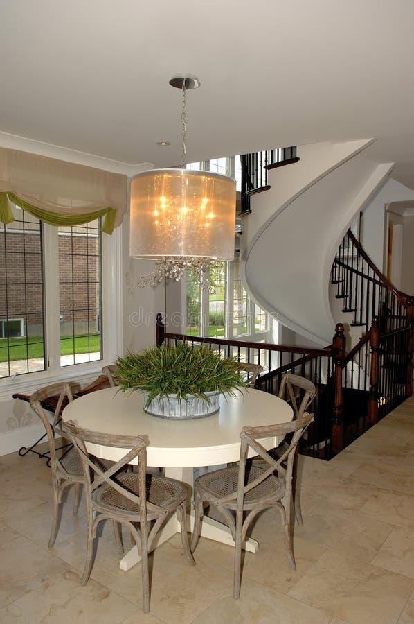 O espaço para refeições em uma escadaria do whit da casa nova fotografia de stock royalty free