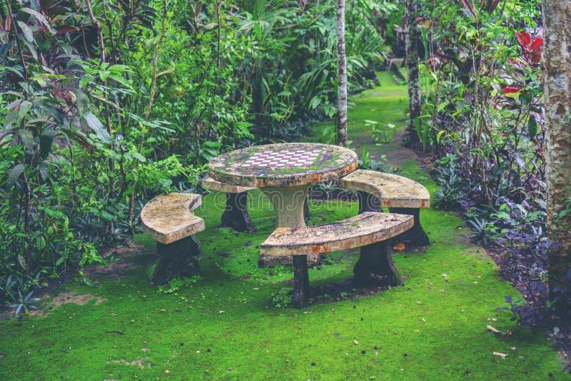 O espaço verde, tabela ajustou-se no jardim fotos de stock royalty free