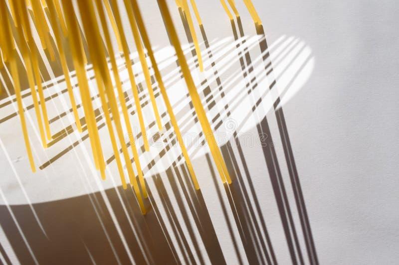 Download O Espaguete Está Verticalmente Sob A Luz Solar Em Um Branco Imagem de Stock - Imagem de cozinhar, macarrão: 80100175