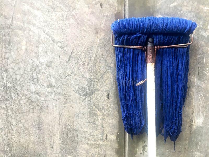 O espanador azul sujo para lavar limpa a casa fotografia de stock
