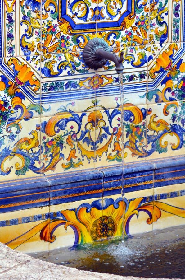 O espanhol colorido telha a decoração na fonte de água imagem de stock