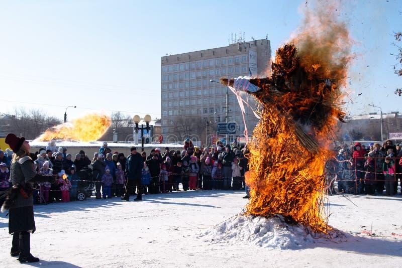 O espantalho queima-se no feriado eslavo Shrovetide do inverno foto de stock royalty free