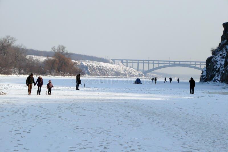 O espelho da água é coberto com o gelo do rio de Dnieper perto da ilha de Khortitsa no inverno gelado Cidade de Zaporozhye Ukra foto de stock