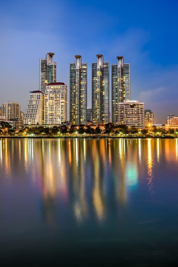 O espelho da construção do parque público de Banguecoque foto de stock