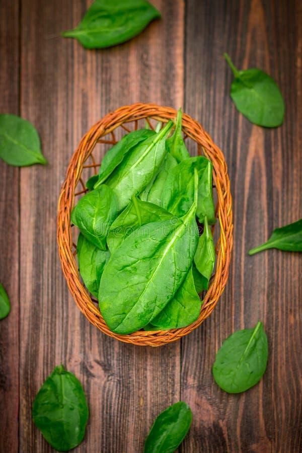 O espinafre suculento fresco sae em uma tabela marrom de madeira Produtos naturais, verdes, alimento saudável, vitaminas foto de stock royalty free