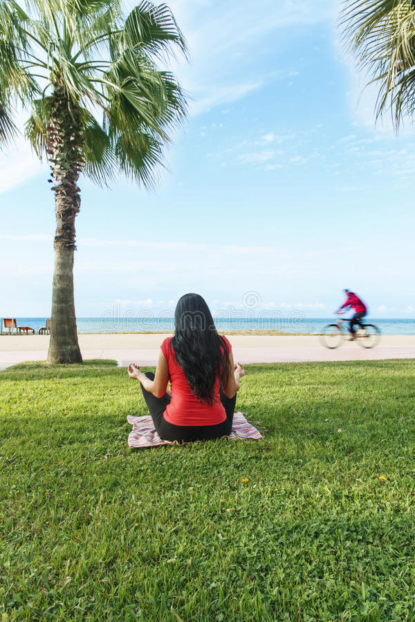 O esporte do exercício da mulher exercita a ocupa fora na praia imagens de stock royalty free