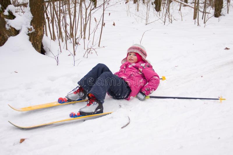 O esqui através dos campos da menina caiu para baixo imagens de stock