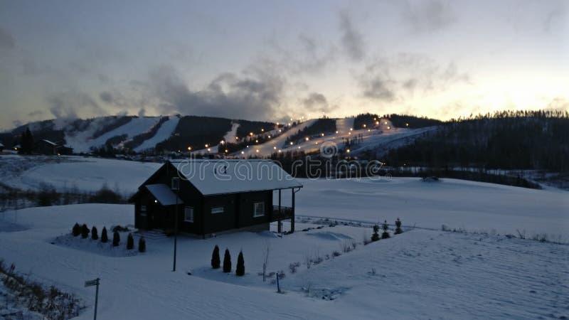O esqui inclina-se na noite em Himos, Jämsä, Finlandia imagens de stock