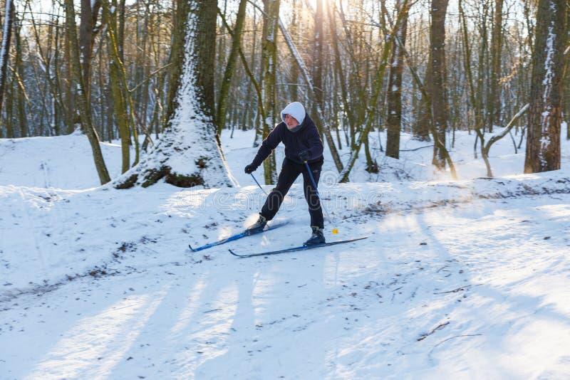 O esquiador amador abaixa o monte fotografia de stock royalty free