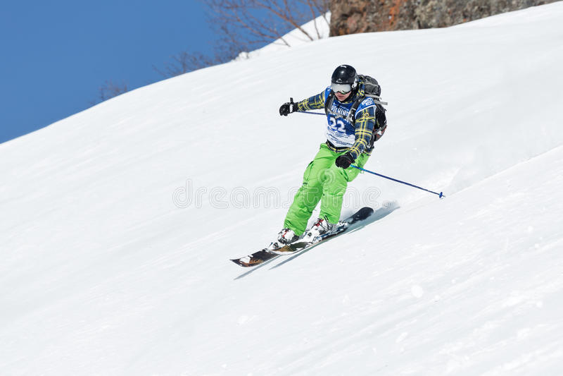 O esquiador da menina monta montanhas íngremes Rússia, Extremo Oriente, Kamchatka fotos de stock