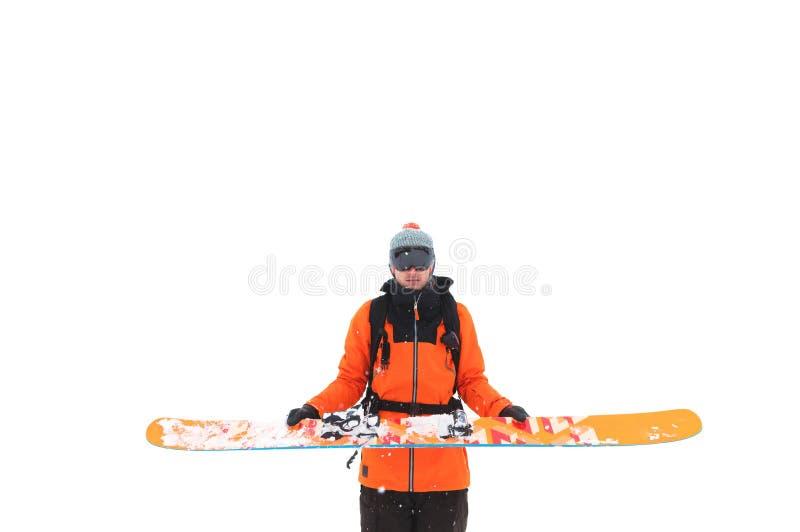 O esquiador masculino profissional guarda o esqui com suas mãos, antes de jogar a isolar-se em um fundo branco Esqui alpino imagens de stock royalty free