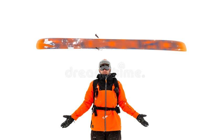 O esquiador masculino profissional joga um esqui sobre seus braços que espalham suas mãos para isolar-se em um fundo branco Esqui fotos de stock