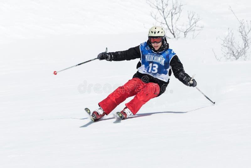 O esquiador monta montanhas íngremes Península de Kamchatka, Extremo Oriente foto de stock royalty free