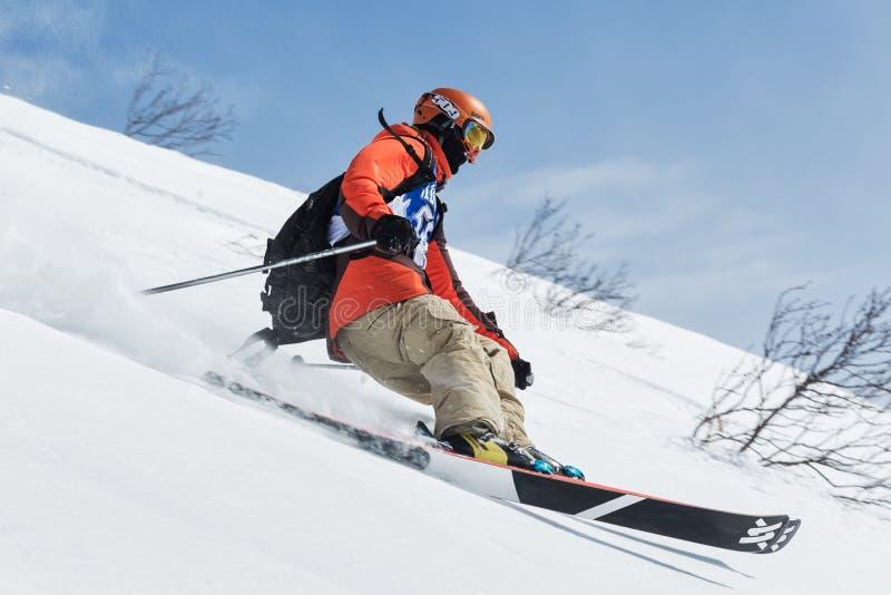 O esquiador monta montanhas íngremes Península de Kamchatka, Extremo Oriente, Rússia foto de stock royalty free