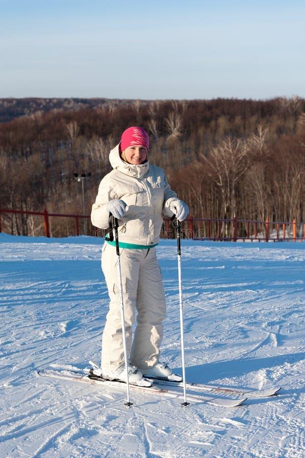 O esquiador que está em uma inclinação fotos de stock