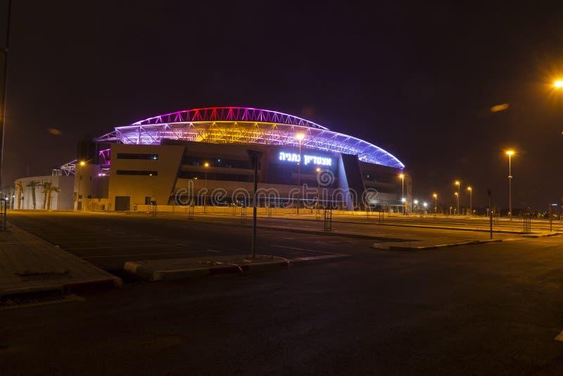 O estádio de futebol novo de Natanya iluminado na noite foto de stock royalty free