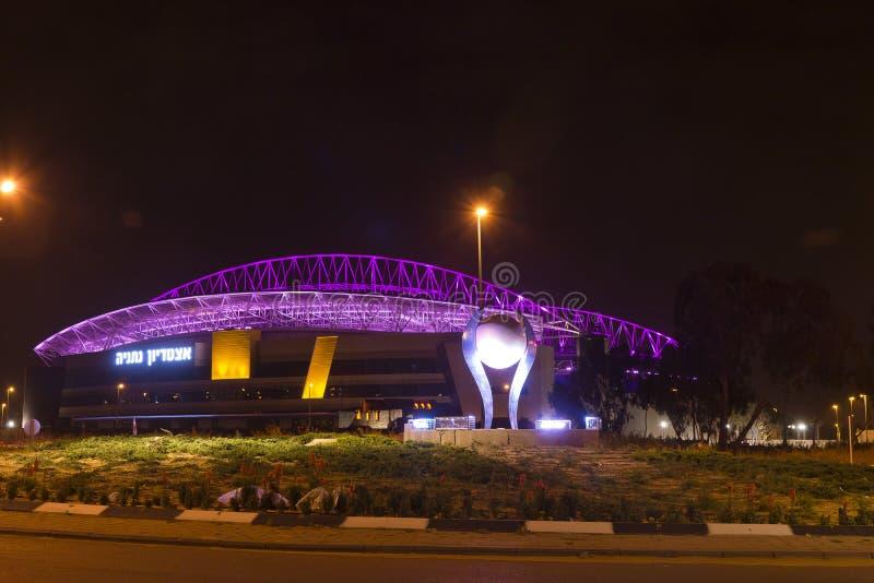 O estádio de futebol novo de Natanya iluminado na noite imagem de stock