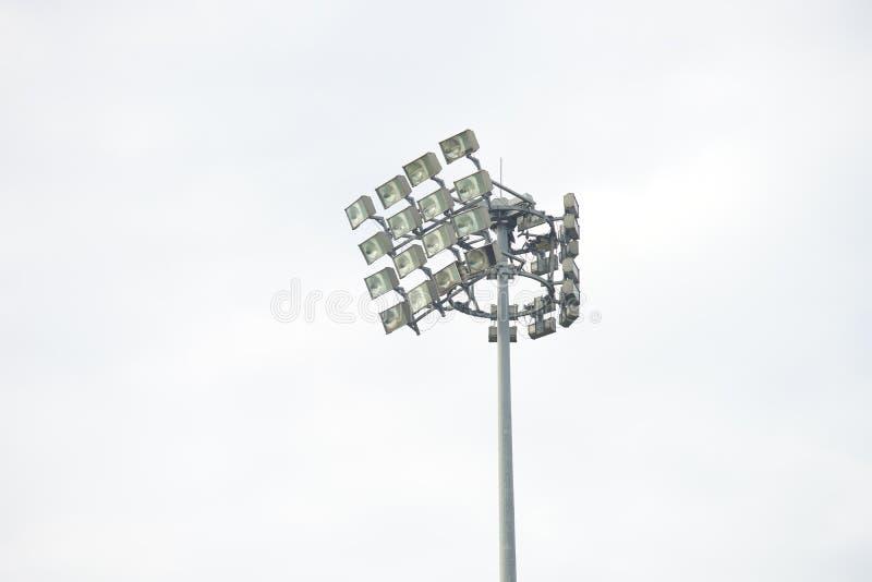 O estádio ilumina-se dentro de um estádio em um fundo nublado do dia imagem de stock