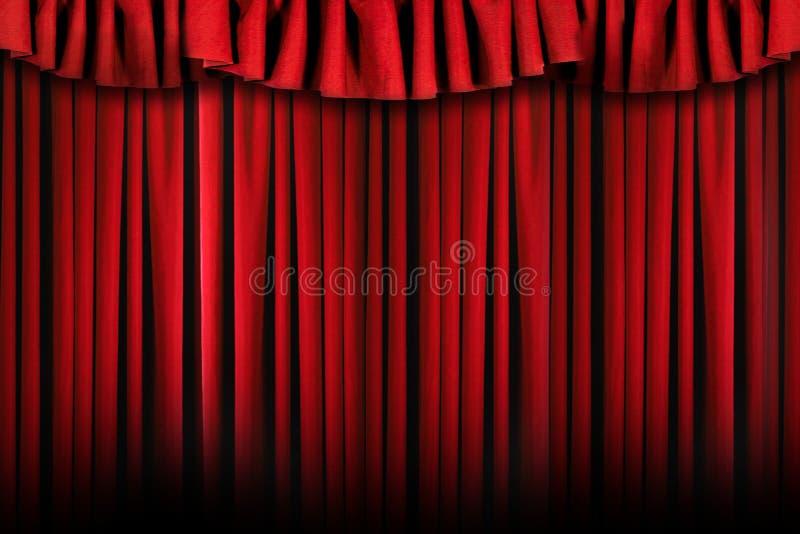 O estágio simples do teatro drapeja com iluminação áspera imagens de stock royalty free