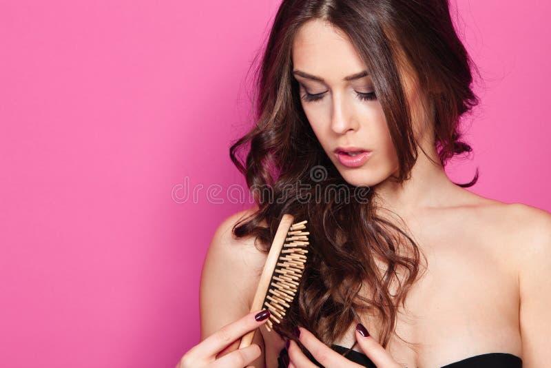 Cabelo da escova da mulher fotografia de stock