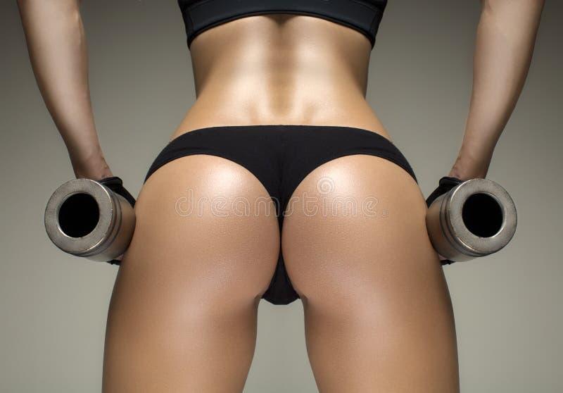 O estúdio colhido disparou de um corpo desportivo quente impressionante de uma mulher da aptidão fotografia de stock