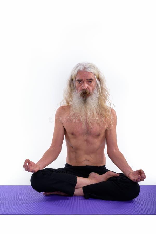 O estúdio disparou de meditar farpado superior do homem do guru descamisado fotos de stock