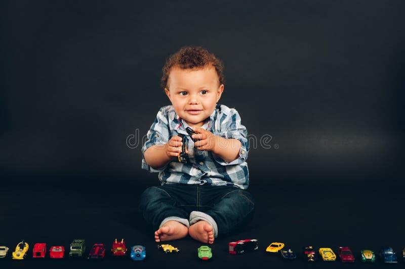 O estúdio disparou do bebê idoso do mês adorável do africano 9-12 fotografia de stock royalty free